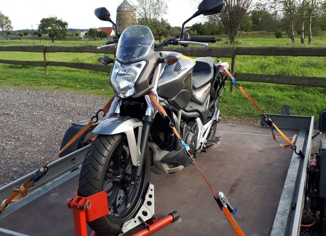 Motorrad auf dem Trailer verzurrt und transportfertig